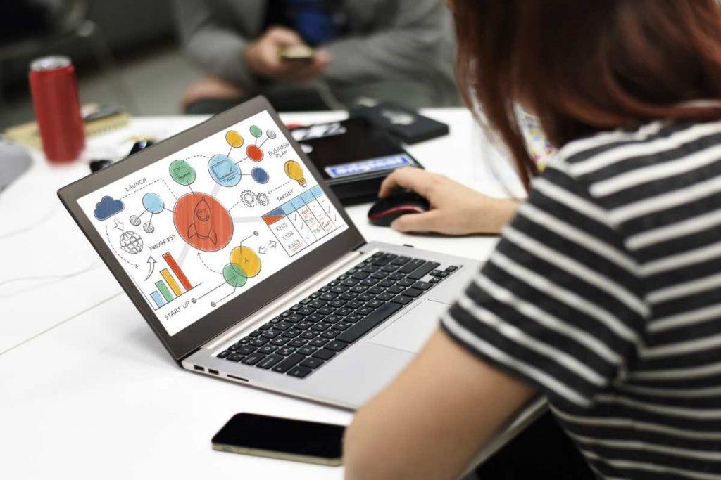 Mujer utilizando herramienta de marketing en su ordenador portátil