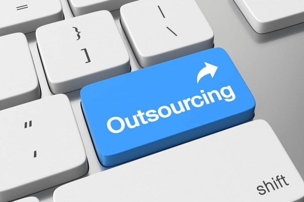 """Tecla en la que se puede leer la palabra """"outsourcing"""""""