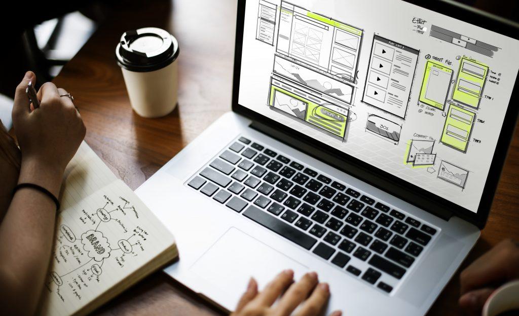 Varias personas preparando opciones de contenido para una web