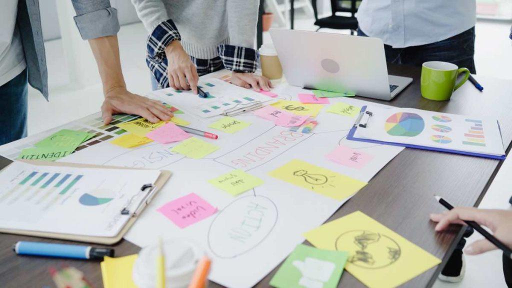 Mesa de trabajo con un brainstorming para un nuevo proyecto online