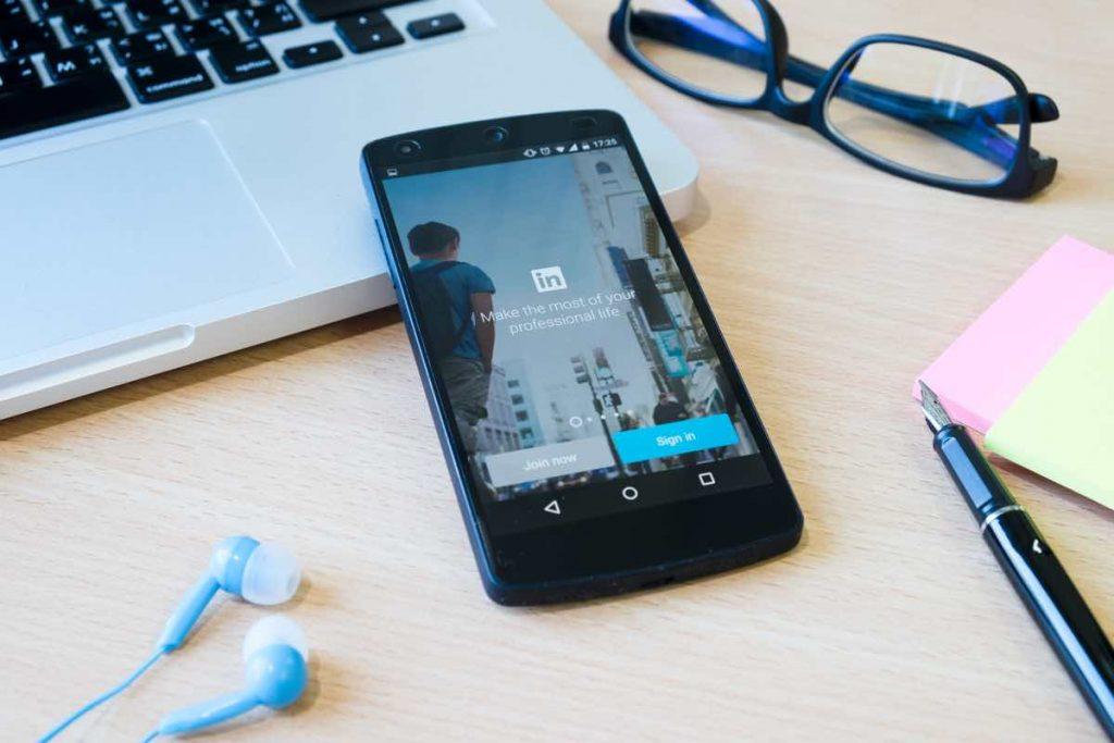 Teléfono móvil con la apllicación de LinkedIn iniciada en su pantalla.