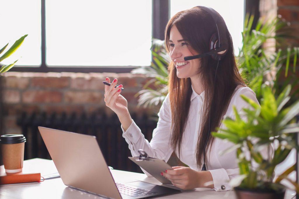 Mujer trabajando en atención al cliente