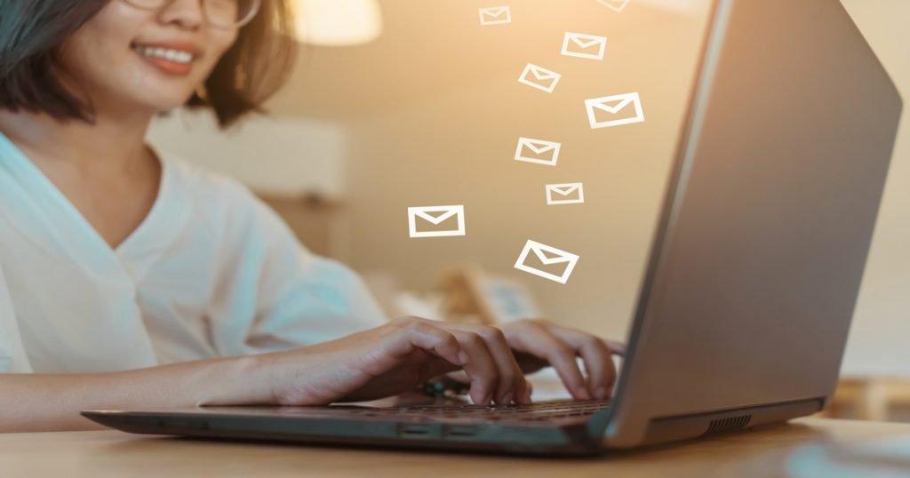 Mujer tecleando en un ordenador portátil