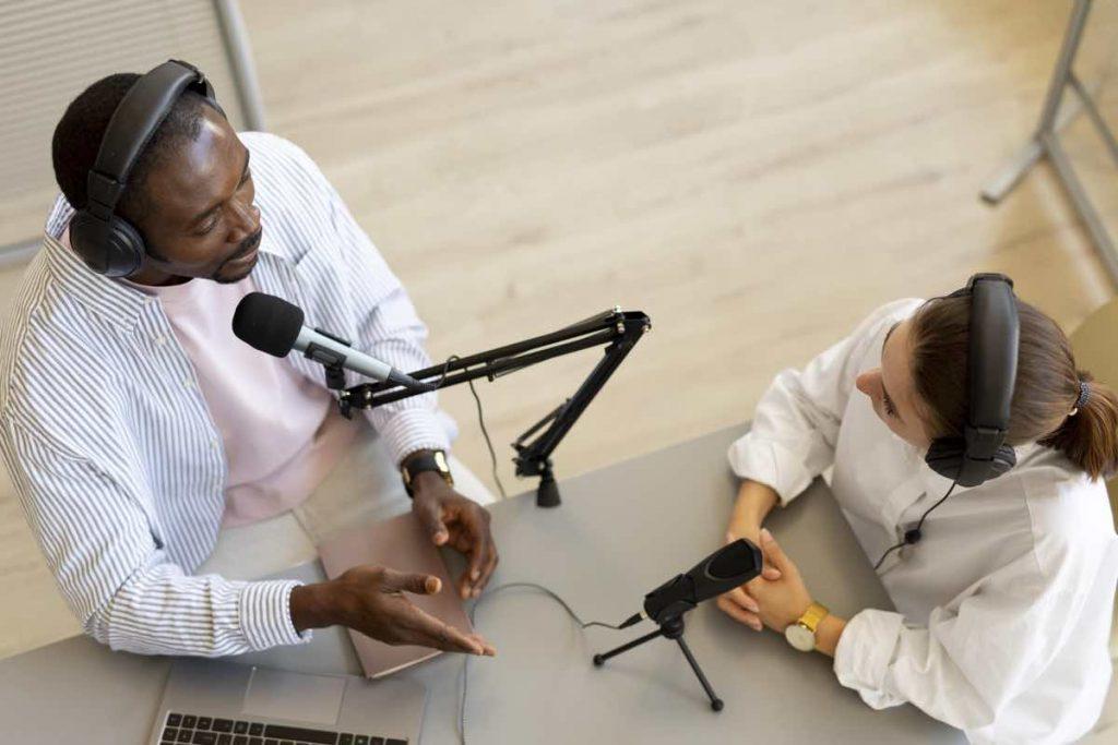 Dos personas participando en un podcast