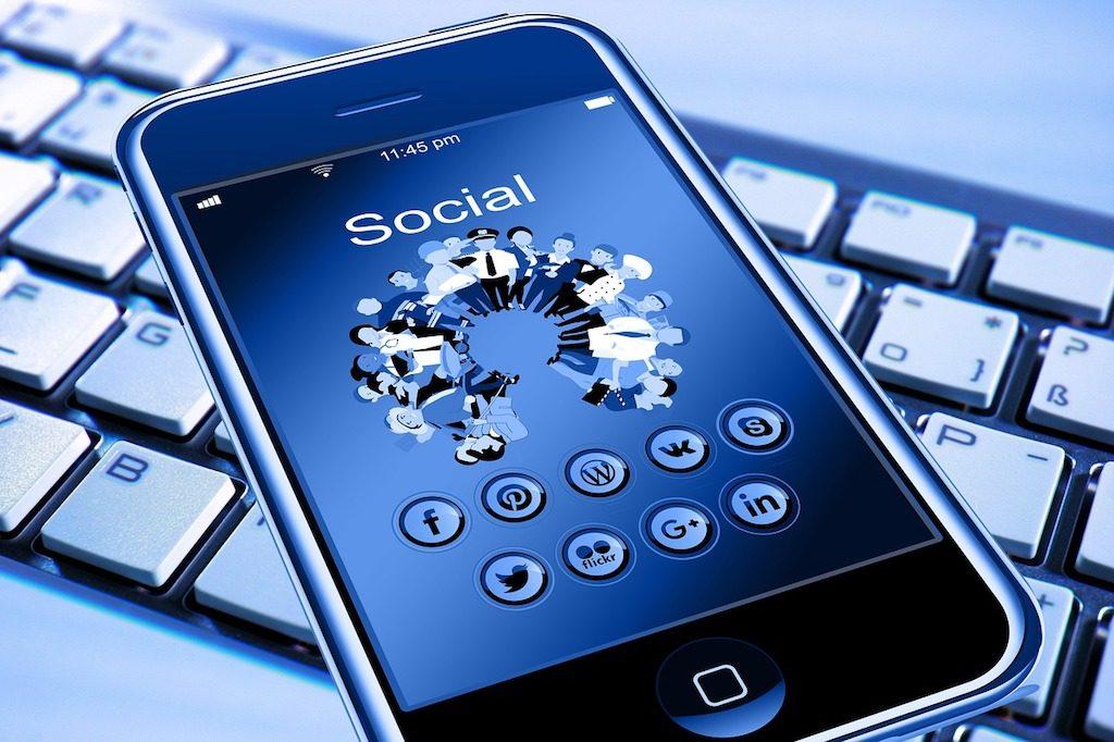 En la imagen aparece un teléfono móvil encima de un teclado de ordenador