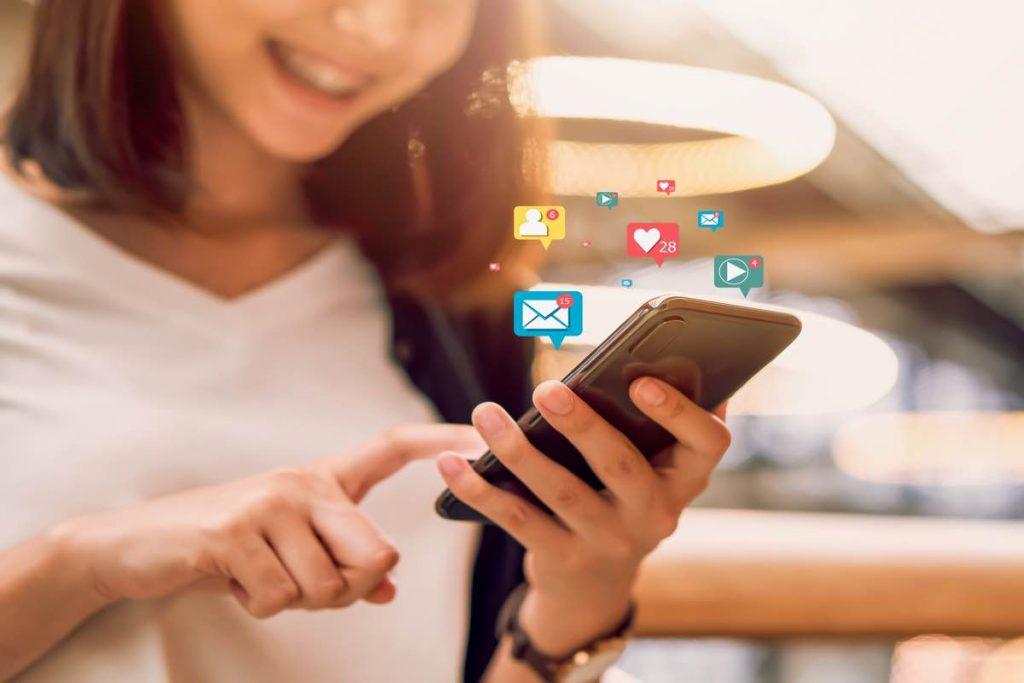 Mujer utilizando las redes sociales en su teléfono móvil
