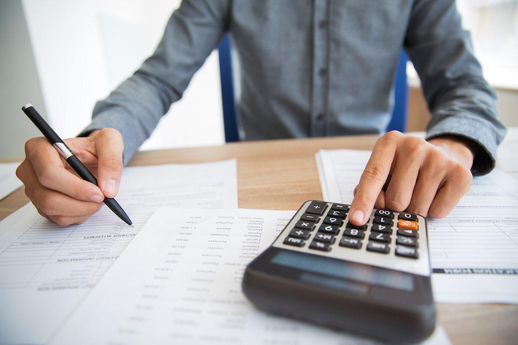 foto de una persona haciendo un rpesupuesto de marketing digital con una calculadora