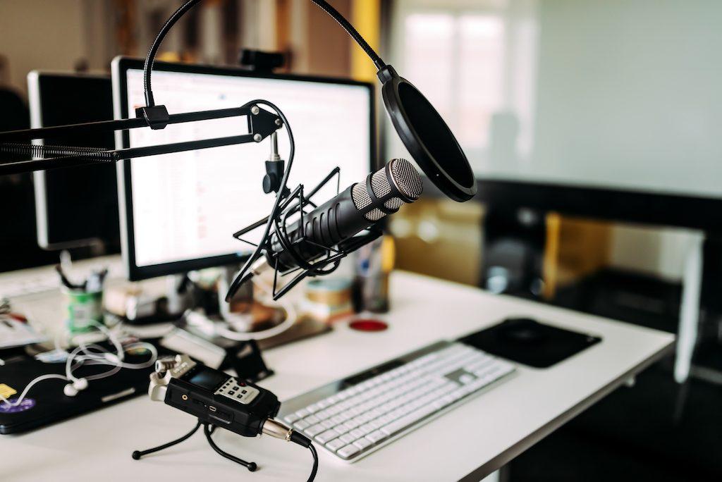 micrófono sobre un escritorio en un estudio de radio