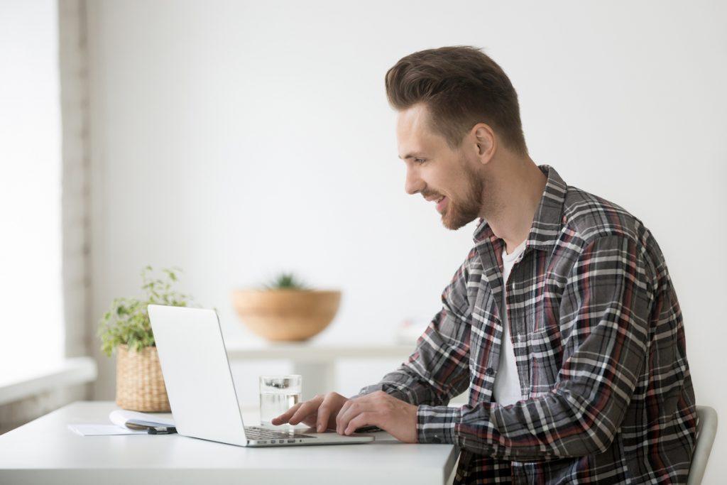 hombre trabajando frente a su ordenador