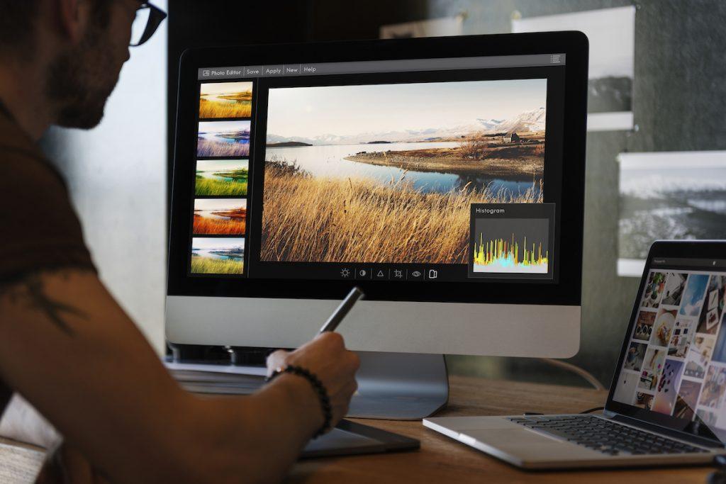 hombre editando fotografías en un mac