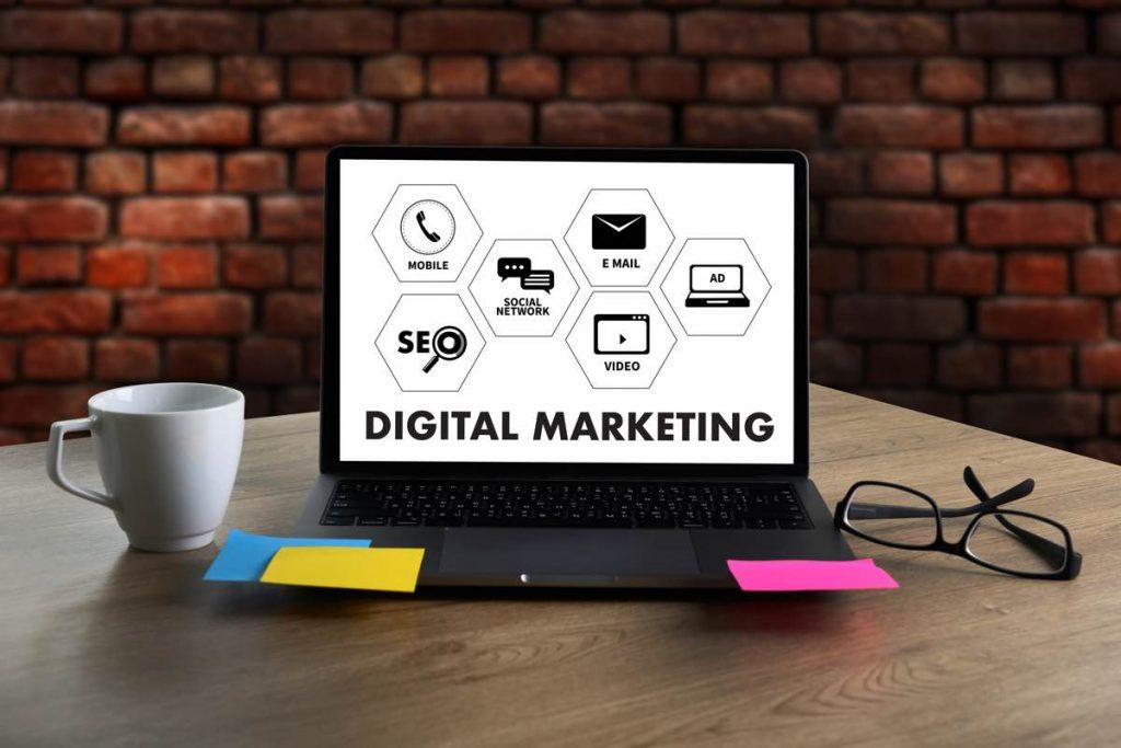 Pantalla de ordenador con los iconos de los aspectos más importantes del marketing en una emrpesa