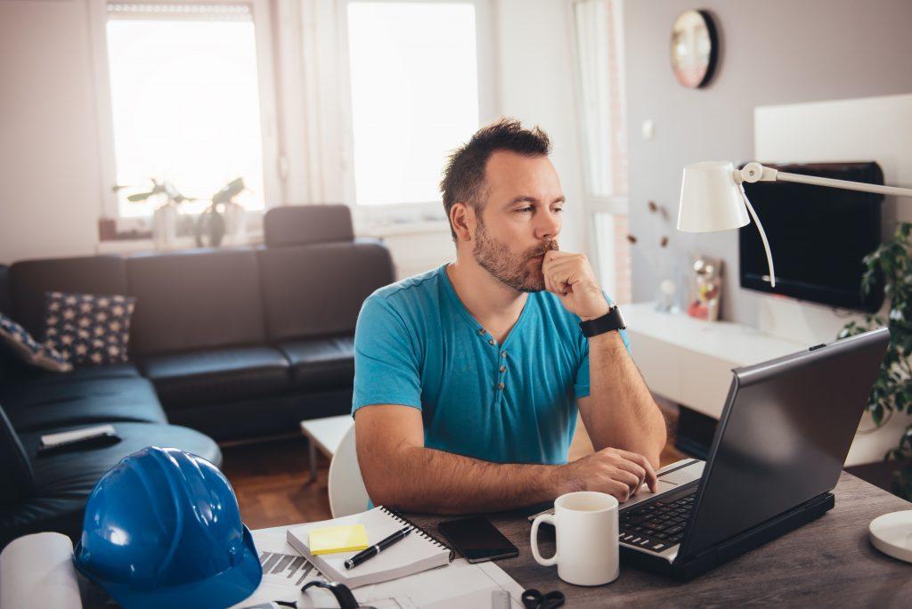 hombre trabajando desde casa con un ordenador