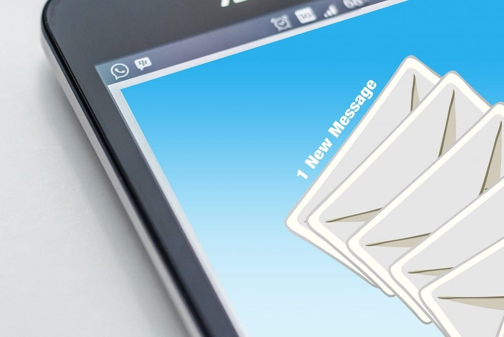teléfono móvil con imágenes de emails