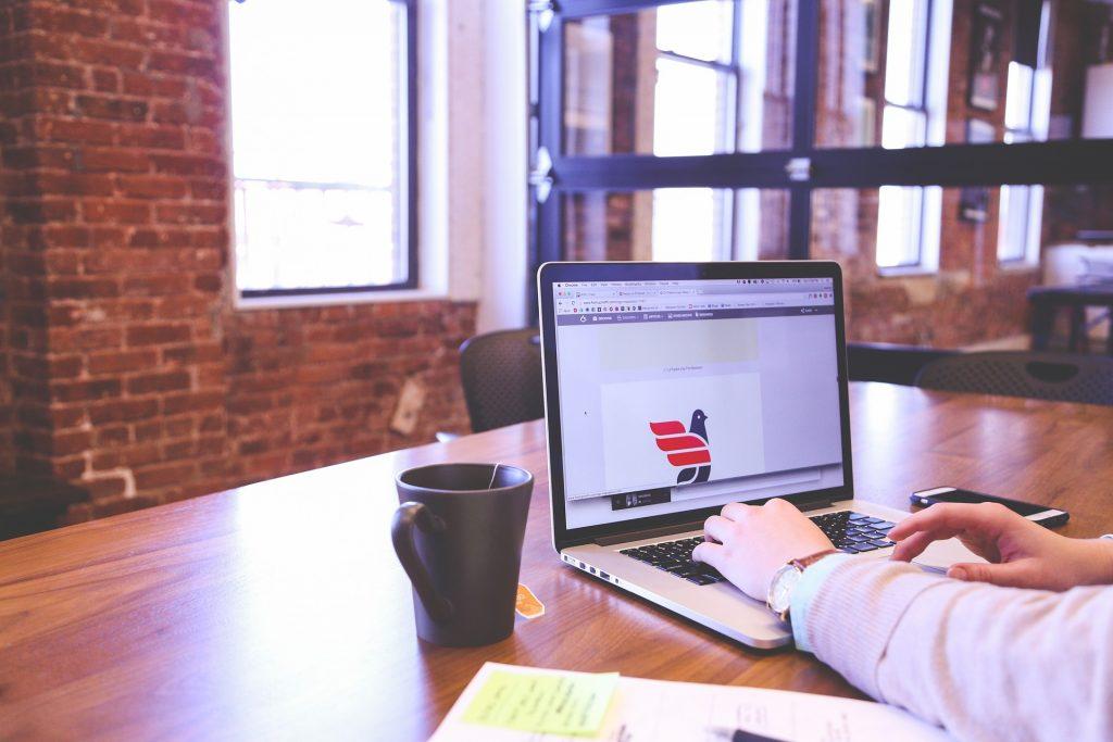 imágen de una persona editando una imagen en un portátil