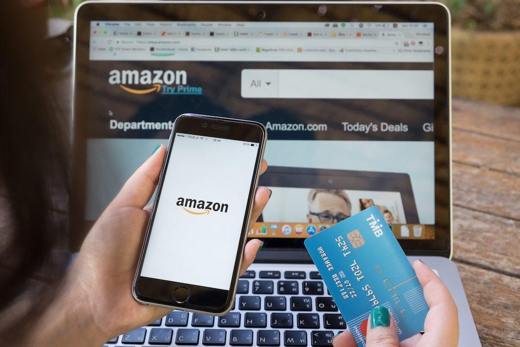 imagen de un ordenador y teléfono móvil que muestran la web de amazon