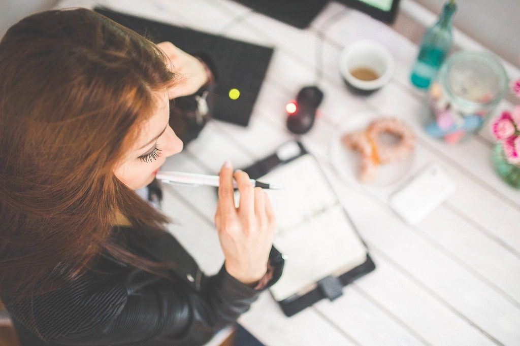 Mujer pensativa en su despacho